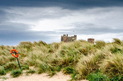 Bamburgh slott från stranden Royaltyfri Foto