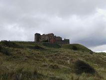 Bamburgh slott underifrån Royaltyfri Bild
