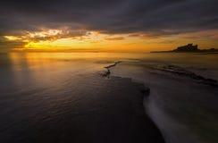 Bamburgh strandsoluppgång Royaltyfri Foto
