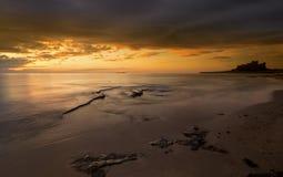 Bamburgh strandsoluppgång Royaltyfria Foton