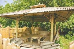 Bambusów siedzenia pod bambusowym baldachimem w jaskrawym lecie da i stół Zdjęcie Royalty Free