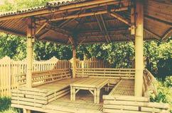 Bambusów siedzenia pod bambusowym baldachimu clouseup w lecie i stół Zdjęcia Royalty Free