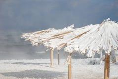Bambusüberdachungen auf dem Strand im Winter Lizenzfreie Stockfotos