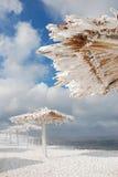 Bambusüberdachungen auf dem Strand im Winter Stockbild