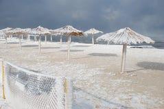 Bambusüberdachungen auf dem Strand im Winter Stockbilder