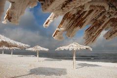 Bambusüberdachungen auf dem Strand im Winter Lizenzfreies Stockfoto