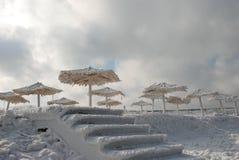 Bambusüberdachungen auf dem Strand im Winter Stockfotos
