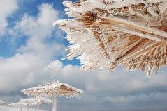 Bambusüberdachungen auf dem Strand im Winter Stockfotografie