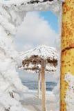 Bambusüberdachungen auf dem Strand im Winter Lizenzfreie Stockbilder