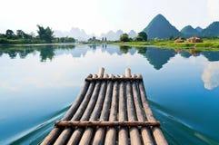 Bambus, der im Li-Fluss flößt Stockfoto