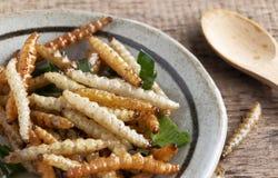 Bambus- essbare Wurminsekten knusperig oder Bambus-Caterpillar in einer keramischen Schüssel auf einer hölzernen Tabelle Das Konz stockfoto