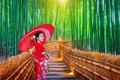Bambus-Forest Asian-Frau, die japanischen traditionellen Kimono am Bambuswald in Kyoto, Japan trägt lizenzfreies stockbild