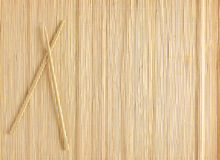 Bambus mata dla suszi z drewnianymi chopsticks Obraz Stock