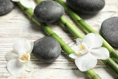 Bambus rozgałęzia się, zdrojów kamienie i kwiaty obrazy royalty free