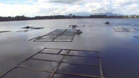 Bambus rybie klatki budować po środku halnego jeziora Truteń antena zbiory