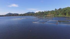 Bambus struktury budować po środku halnego jeziora Truteń antena zbiory