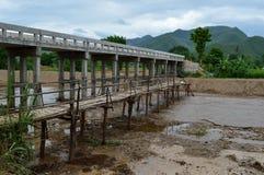 Bambus und Betonbrücke Lizenzfreies Stockbild