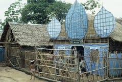Bambus und decken Moschee mit Plastikminaretts mit Stroh Stockfotos