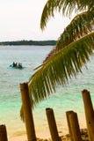 Bambus- und Palmeblätter und -boot auf blauem Meer, Philippinen BO Stockbild