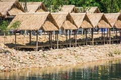 Bambus zrobił chałupom wzdłuż strumienia bieg puszka od Krok-e-dok zdjęcie stock