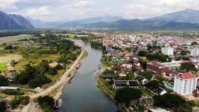 Bambusa most nad Nam Pie?niow? rzek? przy Vang Vieng wiosk?, Laos odg?rny miasto widok miejski krajobrazu pi?kna natura zdjęcie wideo