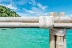Bambusa ogrodzenie na niebieskiego nieba i morza tle Zdjęcie Royalty Free
