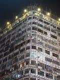 Bambusbaugerüst auf alter Wohnwohnung stockfotografie