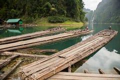 Bambusboot auf dem See Lizenzfreie Stockfotos
