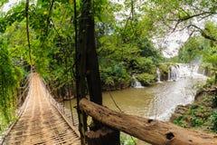 Bambusbrücke über dem Fluss in Tad Pha Souam Waterfall bei Paksa stockfotografie