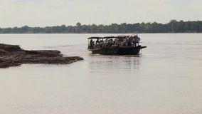Bambusfähre im Mekong, Kambodscha, Südostasien stock video