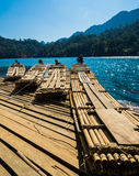 Bambusflösse in Rajjaprabha-Verdammung, Thailand Lizenzfreies Stockbild