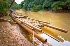 Bambusfloss auf dem Fluss in Khao Sok Nationalpark Lizenzfreies Stockbild