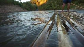 Bambusfloss, das den pai Fluss in Maehongson, Thailand durchfließt stock video