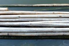 Bambusfloss im Fluss-Hintergrund Stockfotos