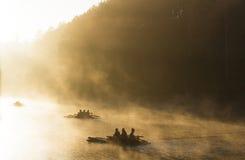 Bambusfloss am Waldsee morgens lizenzfreies stockfoto