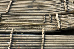 Bambusflösse, die Touristen warten Stockfotografie