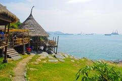 Bambushütte mit dem Meer Stockfotos