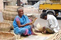 Bambuskorbhersteller stockbild