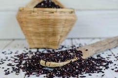 Bambuslöffel mit organischen schwarzen Wildreisen Lizenzfreie Stockfotografie