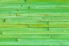 Bambusmaterial von den Bambusstielen, grüner Hintergrund Stockbilder