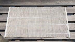 Bambusmatte auf einem Holztisch stockfotos