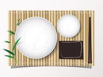 Bambusmatte und Teller und Essstäbchen stellten bakcground Draufsicht des Mittagessens ein Lizenzfreies Stockbild