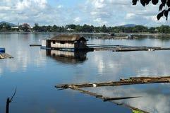 Bambusowa buda budująca po środku jeziora Zdjęcia Royalty Free