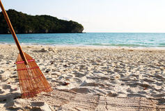 Bambusowa miotła na plaży Obraz Stock