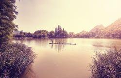 Bambusowa tratwa na jeziorze w Guilin przy zmierzchem, Chiny Fotografia Royalty Free