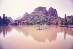 Bambusowa tratwa na jeziorze w Guilin przy zmierzchem, Chiny Zdjęcia Royalty Free