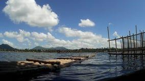 Bambusowa tratwa obok słupa używać robić Rybiemu pióru ono Fechtować się przy jeziornym brzeg zbiory wideo