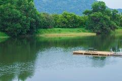 Bambusowa tratwa przedłużyć w wodę Zdjęcie Stock