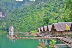Bambusowa tratwa unosi się na jeziorze Zdjęcie Stock