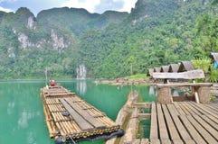 Bambusowa tratwa unosi się na jeziorze Zdjęcia Stock